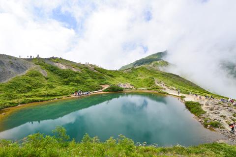 八方池。天気が良ければ,白馬の山並みが水面に写りこむようです。おしぃ~
